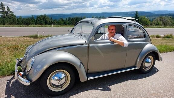 """Mit seinem Käfer, Baujahr 1955, geht Jörg Seiter auf Recherche zu seinem Buchprojekt """"Die Schwarzwaldhochstraße zu Großvaters Zeiten""""."""