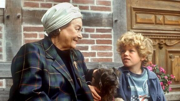 Stargast-Besuch auf dem Süderhof: Die Sängerin Rita Beck (Ilse Werner, links) bezieht die Ferienwohnung. Ben (Tim Küchler, rechts) knüpft Kontakte wegen seiner Fernsehkarriere.