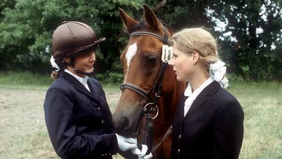 """Bimbo (Friederike Hallermann, links) ist sauer, dass Hanna (Nina Kirschner, rechts) """"Grazia"""" auf dem Turnier reiten wird."""
