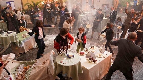 Das Chaos ist perfekt! Es gibt eine Tortenschlacht u.a. mit Gesa (Marie Leuenberger), Emils Mutter (Maja Beckmann), Michael (Serkan Kaya) und Sebis Vater (Max von Thun).