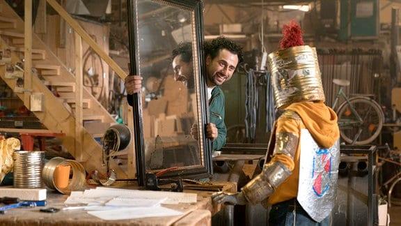 Michael hält Frido den Spiegel vor: Frido (Luis Vorbach) hat kein Spiegelbild mehr.