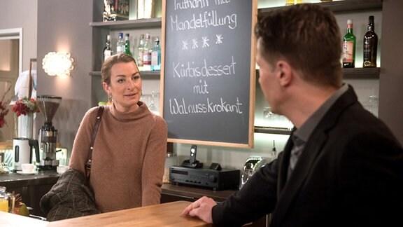 Gregor (Wolfram Grandezka, r.) will seine Hoffnung auf Carla (Maria Fuchs, l.) nicht aufgeben.