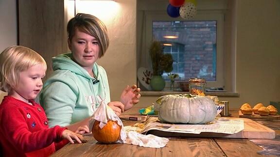 Wissen wo's herkommt. Sogar der Halloweenkürbis wächst im eigenen Garten. Christina und Tochter Amelie bereiten sich auf schaurigen Besuch am Abend vor.