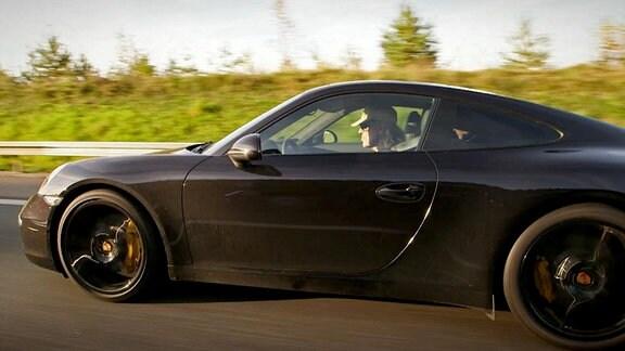 Udo Lindenberg unterwegs in seinem Porsche während der Dreharbeiten.