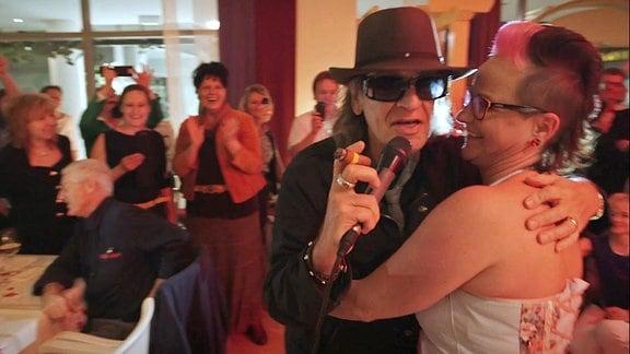 Udo Lindenberg erscheint spontan auf einer Hochzeitsgesellschaft.