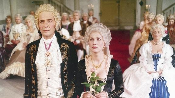 Szene aus Sachsens Glanz und Preußens Gloria, Teil 3: Ezard Haußmann als Heinrich Graf von Brühl und Jitka Molavcova als Gräfin Kolowrath.