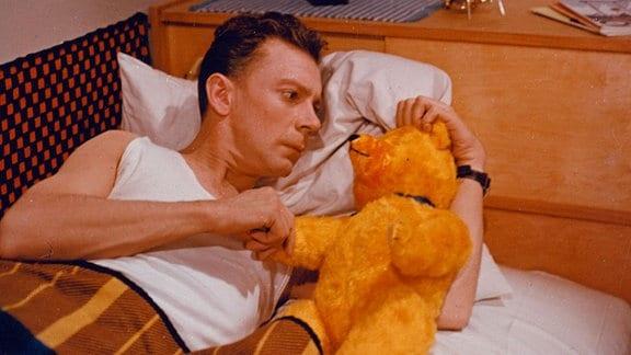 Polizeiwachtmesiter Fritz Bachmann (Rolf Herricht) mit Teddy.