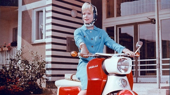 Frau mit Motorroller