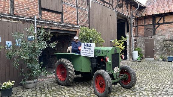 Ingo Leiste liebt nicht nur alte Landmaschienen-Technik. Er beschützt sie. Bewahrt sie als Teil des familiären Erbes, das auf den Hof gehört.