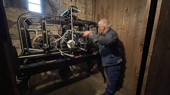 Die Uhr der St.-Martinus-Kirche muss jeden Tag aufgezogen werden. Für Wolfgang Scheuermann erledigt mit großer Freude diese Aufgabe seit vielen Jahren. Schon als 12jähriger lernte er die Uhr kennen, als ihn sein Opa mitnahm, um sie zu reparieren.