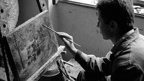 Peter Graf ist Kraftfahrer, liebt seine Arbeit, das Autofahren und seine Malerei und den klassischen Jazz.