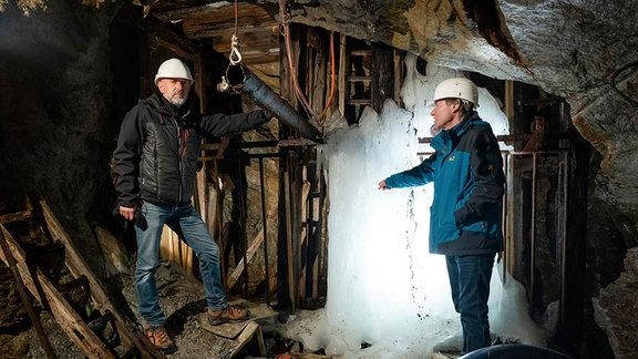 Der ehemalige Steinhauer Heiko Biedermann (links) und Geologe Wolfgang Schilka im Altbergbau von Lengefeld