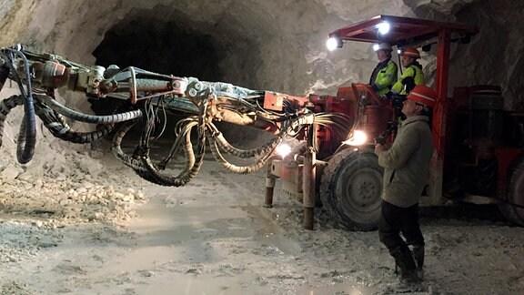 Untertage in Hammerunterwiesenthal - Steve Biedermann (auf dem Bohrgerät vorn) beim Setzen von Bohrlöchern für neue Kalksprengungen
