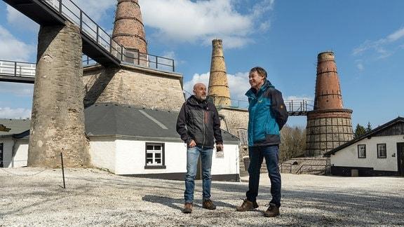 Heiko Die ehemaligen Bergmänner Heiko Biedermann (links) und Wolfgang Schilka auf dem Gelände des Museum Kalkwerk Lengefeld