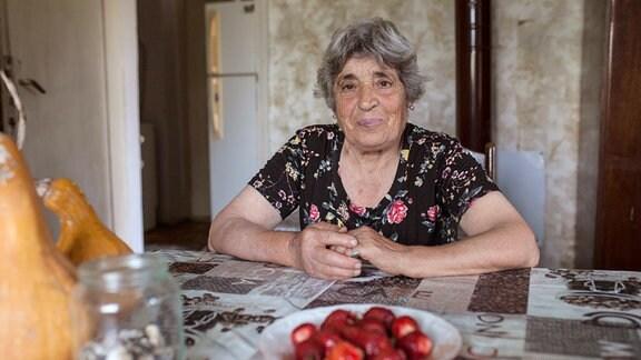 Despina ist die Dorfälteste. Sie bereitet das Ritual vor und spielt eine wichtige Rolle dabei.
