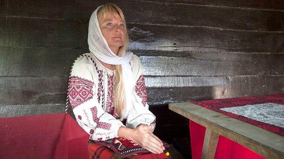 Maria kommt aus der Ukraine, trotzdem ist sie im Dorf willkommen und darf am Ritual teilnehmen.