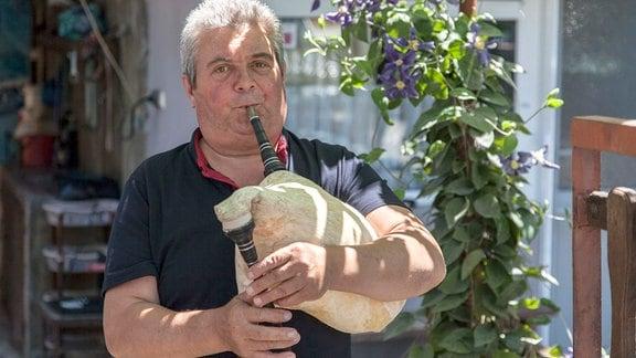 Georgi spielt den, in der Region, typischen Dudelsack.