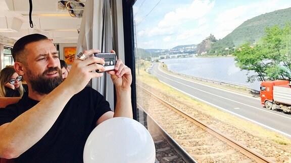 Bürger Lars Dietrich im Zug nach Prag.