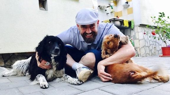Bürger Lars Dietrich mit 2 Hunden in Hermannstadt/Rumänien.
