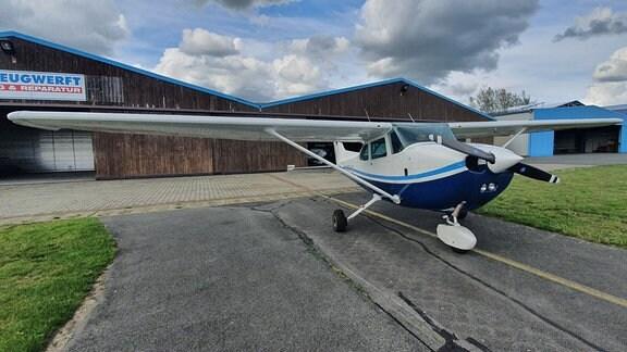 Regelmäßig chartert Frank Heinl ein Flugzeug. Mehr als 60 Döbrichauer hat er schon zu einem Rundflug mitgenommen. Der ehemalige Kampfpilot versteht etwas vom Fliegen.