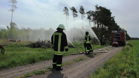 Etwas außerhalb im Taubenrutenweg darf die Feuerwehr mal wieder an die Geräte. Der Brunnen am Waldrand muss überprüft werden. Denn wenn's brennt, muss der 25 Minuten ununterbrochen Wasser liefern.