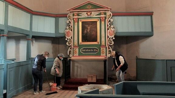 Die Döbrichauer Kirche wird Schritt für Schritt saniert. Maler und Fliesenleger sind soeben fertig geworden – und die Frauen der Kirchgemeinde müssen putzen. Ende Mai ist der Eröffnungsgottesdienst geplant.