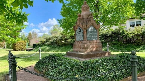 Das Kriegerdenkmal steht auf dem zentralen Platz des Dorfes und liegt den Eisdorfern am Herzen. Gerade im Jubiläumsjahr wird es gehegt und gepflegt.