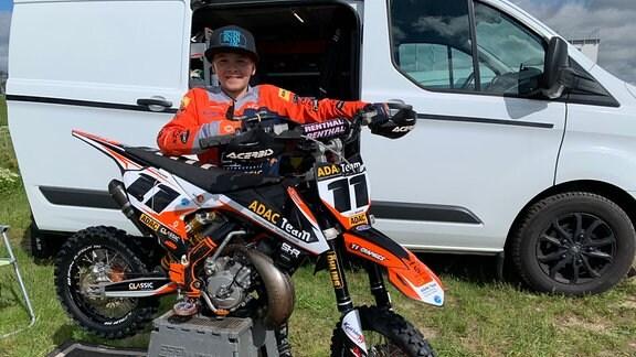 """Noah Brumme und sein Vater Ralf haben sich dem Motocross verschrieben. Der 13-Jährige will einmal Landes- und deutsche Meisterschaften fahren. Dazu trainiert er im """"Talkessel Teutschenthal"""" mit seiner 20 PS-starken KTM."""