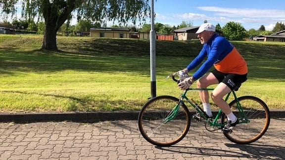 Peter Kelterborn fährt am liebsten auf seinen hundert Jahre alten Fahrrädern durchs Dorf und über Land.