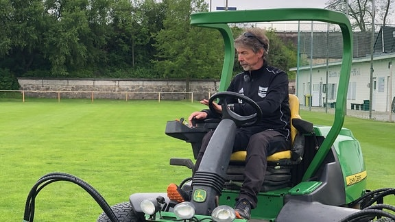 Benno Enkhardt ist der Verantwortliche für den Sportplatz-Rasen.