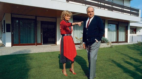 Hannelore Kohl mit ihrem Ehemann Helmut im Garten.