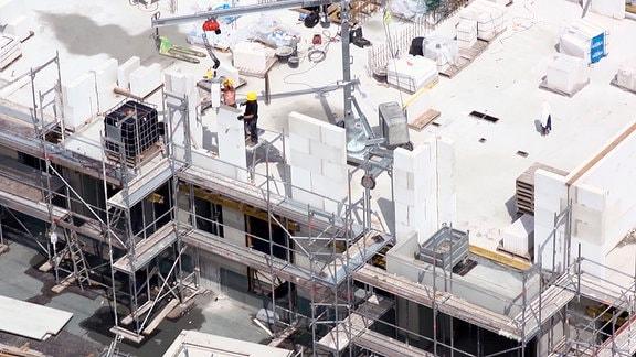 Emsige Bauarbeiter bei der Arbeit