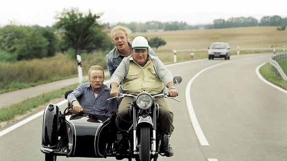 Krause (Horst Krause, r.) auf Abwegen: Mit Dettmann (Otto Sander, l.) und Lansky (Ben Becker) verfolgt er den geklauten LKW nach Polen.