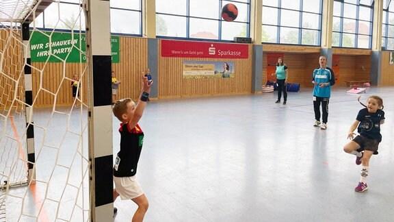 Im Ort spielen die meisten Handball. Einige Eltern trainieren ihre eigenen Kinder. Und der Handball hat hier Tradition: In der DDR war Wefensleben sogar Trainingszentrum im Bezirk Magdeburg.