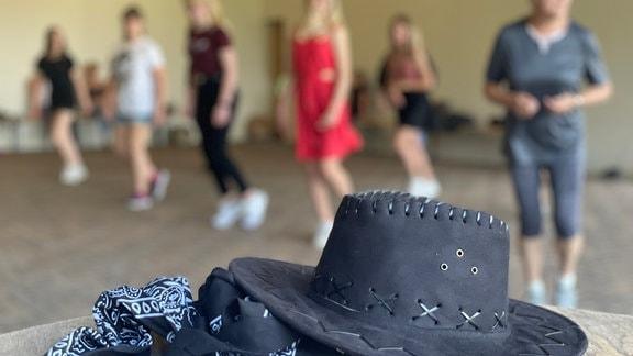 Als Ausgleich zu ihrer Arbeit im Büro oder zu Hause treffen sich die Frauen von Wefensleben jeden Freitagabend zum Western-Dance. Daniela Schweinhagen leitet den Kurs seit 4 Jahren.