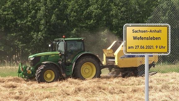Traktor und Ortseingangsschild
