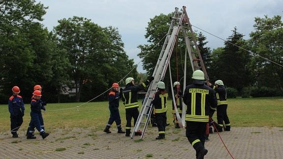 Nach langer Pause kann auch die Freiwillige Feuerwehr wieder mit Übungen loslegen. Zum Start assistieren die aktiven Kameraden der Jugendfeuerwehr.