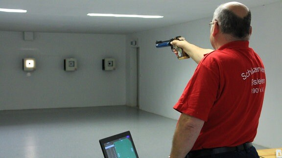 Auch die Schützen dürfen wieder trainieren. Am elektronischen Schießstand bereitet sich Horst Niemann auf künftige Wettkämpfe vor.