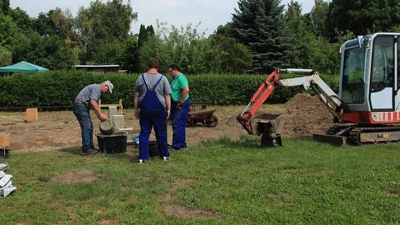 """Beschäftigung an frischer Luft – das bedeutet für die Mitglieder der """"Gartensparte Flora"""" am Samstag zupacken und Fundamente gießen."""
