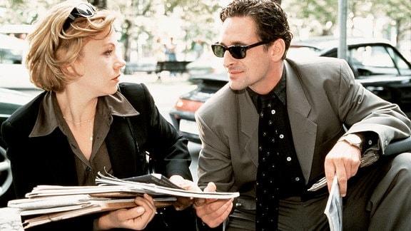 Die Artdirektorin Linda Lano (Jennifer Nitsch) ist ein überzeugter Single und hält ihren neuen Großkunden Mike Badon (Max Tidof) für einen typischen Macho.
