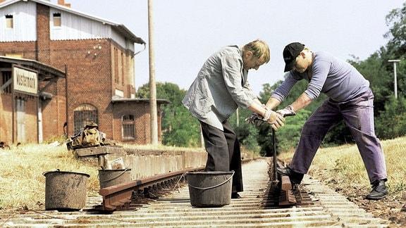 Vom einstigen Job ist nicht viel geblieben. In einer ABM-Massnahme demontieren Lansky (Otto Sander, l.) und Dettmann (Ben Becker) die letzten Gleise am stillgelegten Bahnhof in Wustermark.