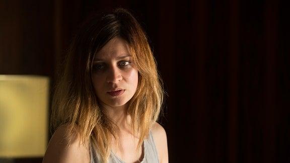 Eine Frau blickt traurig nach unten