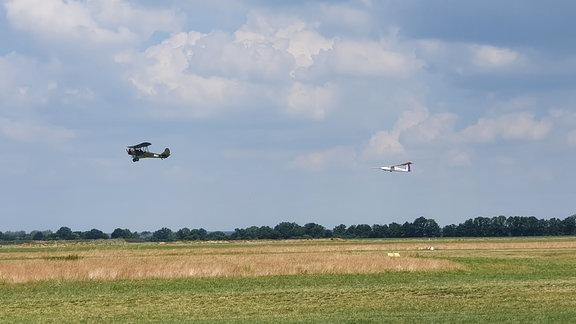 Ein Flugzeug zieht ein anderes in der Luft hinter sich her.