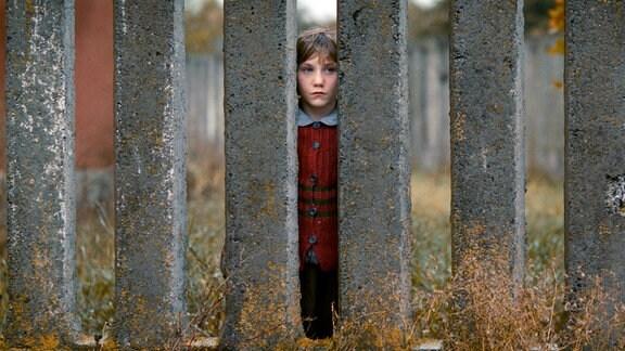 Jasja (Anastasiya Plyats) sehnt sich nach ihrem Vater und wartet jeden Tag an der Mauer des Waisenhauses auf ihn.