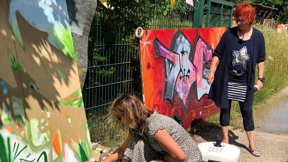 Der Thüringer Landfrauenverband hat in Westenfeld seit zwei Jahren eine Ortsgruppe. Und die hat an diesem Sonntag einen Graffiti-Kurs gebucht.