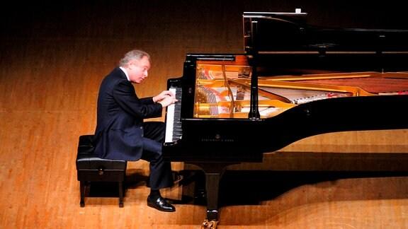 Der ungarische Pianist Andás Schiff steht wie ein Fels in der zeitgenössischen Klavierlandschaft. Er ist nicht der Typ Virtuose, der sich in Arenen mit tosendem Beifall feiern lässt. Schiff ist ein präziser Arbeiter, ein musikalischer Exeget, der sich tief in die Klavier- und Kammermusikliteratur hinein arbeitet, ein Philosoph am Flügel, der sich mit Klang und Struktur auseinandersetzt...
