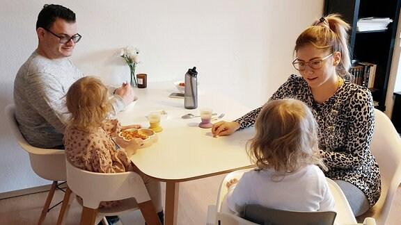 Nina und Semjon mit den beiden Töchtern Hannah und Palina beim Mittagessen.