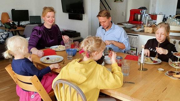 Familie Lachmann im Lockdown am Mittagstisch.
