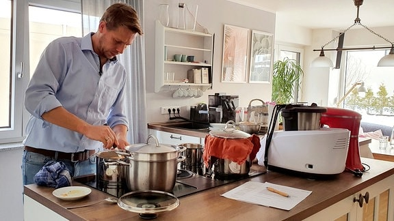 Björn bereitet das Mittagessen vor.