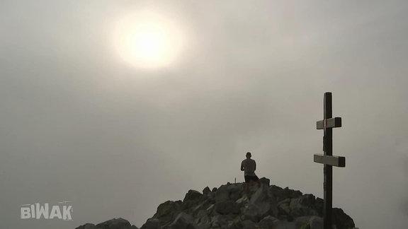 Bergsteiger auf einem Gipfel.
